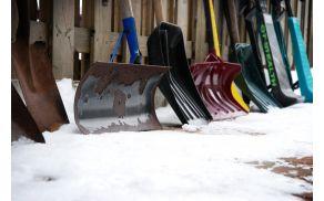 Študentje bodo poprijeli za lopate in kidali sneg. Slika je simbolična.
