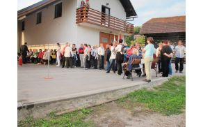 Članice GZ Grosuplje pred gasilskim domom v Lučah.