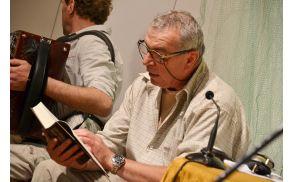 Andrej Lupinc med branjem ene od svojih zgodb.