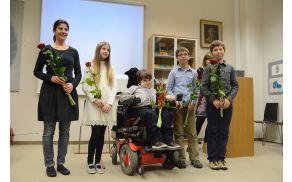 Nastopajoči, ki so obogatili kulturni program predstavitve knjige, z Maskom Lenartom Černelč v sredini.
