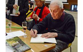Ivan Malavašič med podpisovanjem svoje nove knjige.