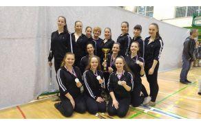Starejša dekleta Mažoretne in twirling skupine PD Horjul s trenerko in vodjo skupine