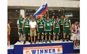 Marjan Oprčkal (v prvi vrsti drugi z desne) z ekipo
