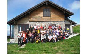 Skupinska slika pred slovenskim planinskim domom pod Matajurjem