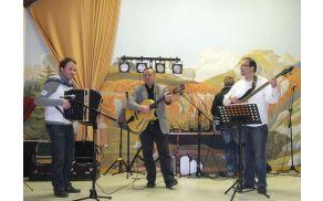 Ravnatelj glasbene šole Mitja Mastnak, učitelj kitare Jernej Smolej in Jernej Zupan. Foto: Glasbena šola Avsenik
