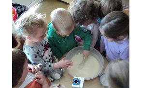 Otroci pripravljajo sladico