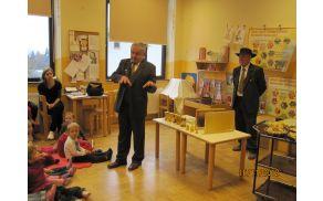 Predstavnika ČD Dolomiti, Janko Prebil in Stane Jurca, sta otrokom predstavila različne vrste medu, satje in pomen čebele.