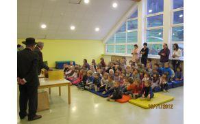 Pozorno poslušanje otrok o življenju in delu čebelic