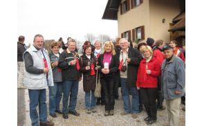 Metliška županja in poslanka Renata Brunskole in Joškova banda na pohodu med vinogradi po Drašičih.