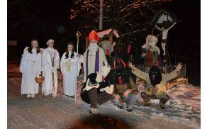 Sv. Miklavž je s svojimi pomočniki angelčki in parklji obiskal in obdaril otroke v Podolnici.