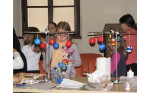Otroci so bili med ustvarjanjem povsem zatopljeni v delo.