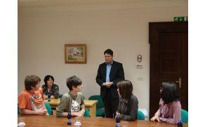 Župan Milan Turk odgovarja na vprašanja šolarjev.