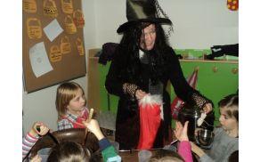 Čarovnica Mica med otroki
