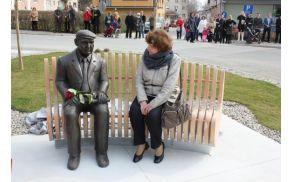 Lojzka Špacapan, soproga Ivana Minattija ob kipu Ivana Minattija