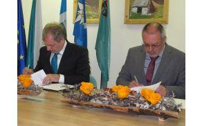 Minister za obrambo Aleš Hojs in župan Andrej Maffi podpisujeta pogodbo. Foto: Občina Kobarid