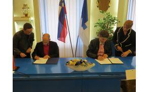 Minister za kulturo dr. Uroš Grilc in župan mag. Borut Sajovic med podpisom pogodbe