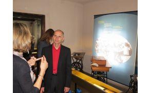 Minister za kulturo dr. Uroš Grilc med ogledom nastajajoče čevljarske razstave