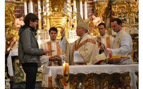 Podelitev misijonskega križa Blažu Krmelju, ki odhaja na Madagaskar.