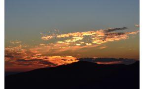 Paleta barv neba ob zahajajočem soncu. Foto: Mojca Žnidarčič
