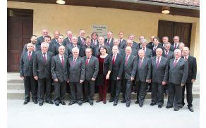 *Moški pevski zbor je na letnem koncertu razveselil vse ljubitelje narodne in umetne pesmi.