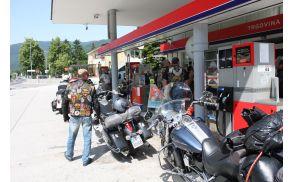 Kako zadržati turiste v naši občini. Motoristi na bencinskem servisu v Desklah. Foto: Toni Dugorepec
