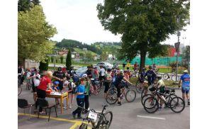 * Zbiranje kolesarjev na štartnem prostoru pred vojniško občino