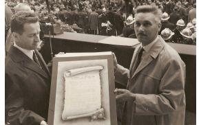 Takratni župan Tine Tomazin in desno Paul Baumann ob podpisu listine o pobratenju leta 1966