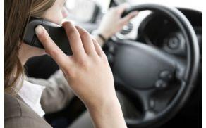 Uporaba telefona med vožnjo se enači z vožnjo z 0,8 promila alkohola v krvi