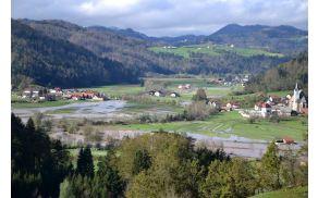 Pogled na poplavljen del Polhograjske doline.