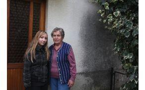 Nikita Bucik s svojo babico Danielo pred hišo v Bodrežu. Foto: Toni Dugorepec