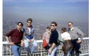 Vodopivci na strehi danes zrušenih dvojčkov v New Yorku (WTC)