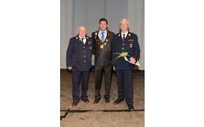 Valentin Štendler (desno) z županom Francem Kramarjem in predlagateljem Jožam Žvanom