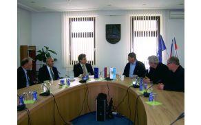 Predsednik Državnega sveta Mitja Bervar z državnima svetnikoma pri županu Francu Kramarju. Foto: Petra Lotrič Ogrin