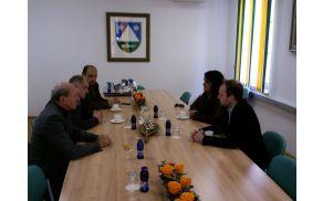 Generalno konzulko Italije so na Občini sprejeli župan Robert Kavčič, podžupan Marko Miklavič in načelnik UE Tolmin Zdravko Likar. Foto: Nataša Hvala Ivančič