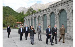 Veleposlanik je Kobarid obiskal prvič. Z zanimanjem je prisluhnil zgodovinskim zgodbam kraja. Foto: Nataša Hvala Ivančič
