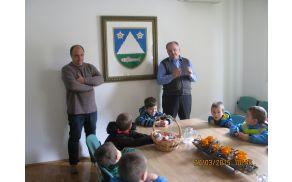 Na občini sta otroke pozdravila župan in podžupan. Foto: Janko Volarič