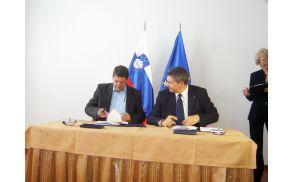 Župan Franc Kramar in minister za kmetijstvo in okolje mag. Dejan Židan pri podpisovanju pogodbe. Foto: Petra Lotrič Ogrin