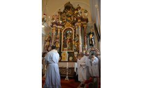 Obnovljeni oltar je blagoslovil dekan Mirko Simončič.