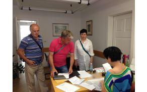 CI proti izbrani trasi obvoznice ob predaji peticije občinski upravi.  Foto: Lea Širok