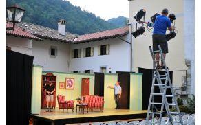 Postavljanje scene za predstavo Odlikovanje. Foto: Borut Jurca