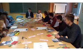 Mladi so se pogovarjali z evropskim poslancem Francem Bogovičem.