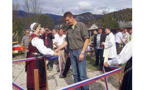 Poglavar RD Bohinj Miro Stare je svečano prerezal trak do ventila, s sprostitvijo katerega je bazene napolnila voda iz Tunelščice. Foto: Petra Lotrič Ogrin