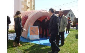 Lani je bila pred cerkvijo Sv.Andraža predstavitev programa SVIT in  makete debelega črevesa