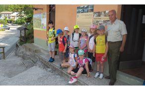 Učenci POŠ Breginj v družbi lovca Vojka Skočirja. Foto: Marijan Kuščer