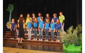 Mladinski pevski zbor pod vodstvom zborovodkinje Marjetke Rakušček. Foto: Katarina Uršič