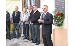 Albin Cocej, predsednik KO ZB Vojnik, govori pred spominskim obeležjem pri Oljčku.