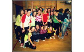 Šolska plesna produkcija, ki se odpravlja na državno tekmovanje, z učiteljico Katjo.