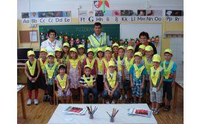 Prvošolci OŠ Cirkulane-Zavrč v šolskem letu 2011/12 v družbi učiteljice, vzgojiteljice in policista  Foto: arhiv OŠ
