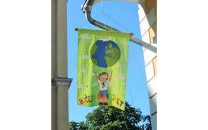 Letošnja zastava, ki so jo vsako jutro dvignili in ob koncu spustili. Vsakič ob spremljavi oratorijske himne.