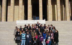 Skupinska fotografija pred Atatürkovim mavzolejem v Ankari